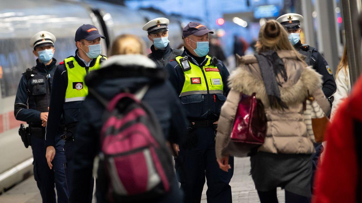 Beamte von Bahn und Bundespolizei kontrollieren die Maskenpflicht auf einem Bahnsteig.
