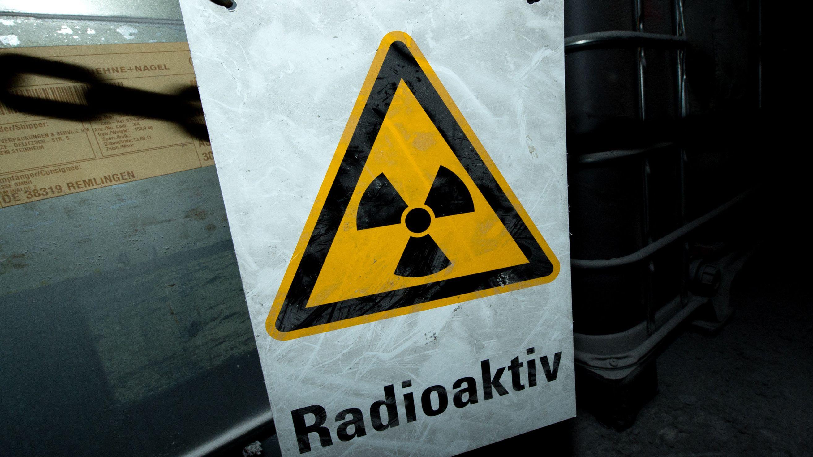 Schild auf dem steht: radioaktiv
