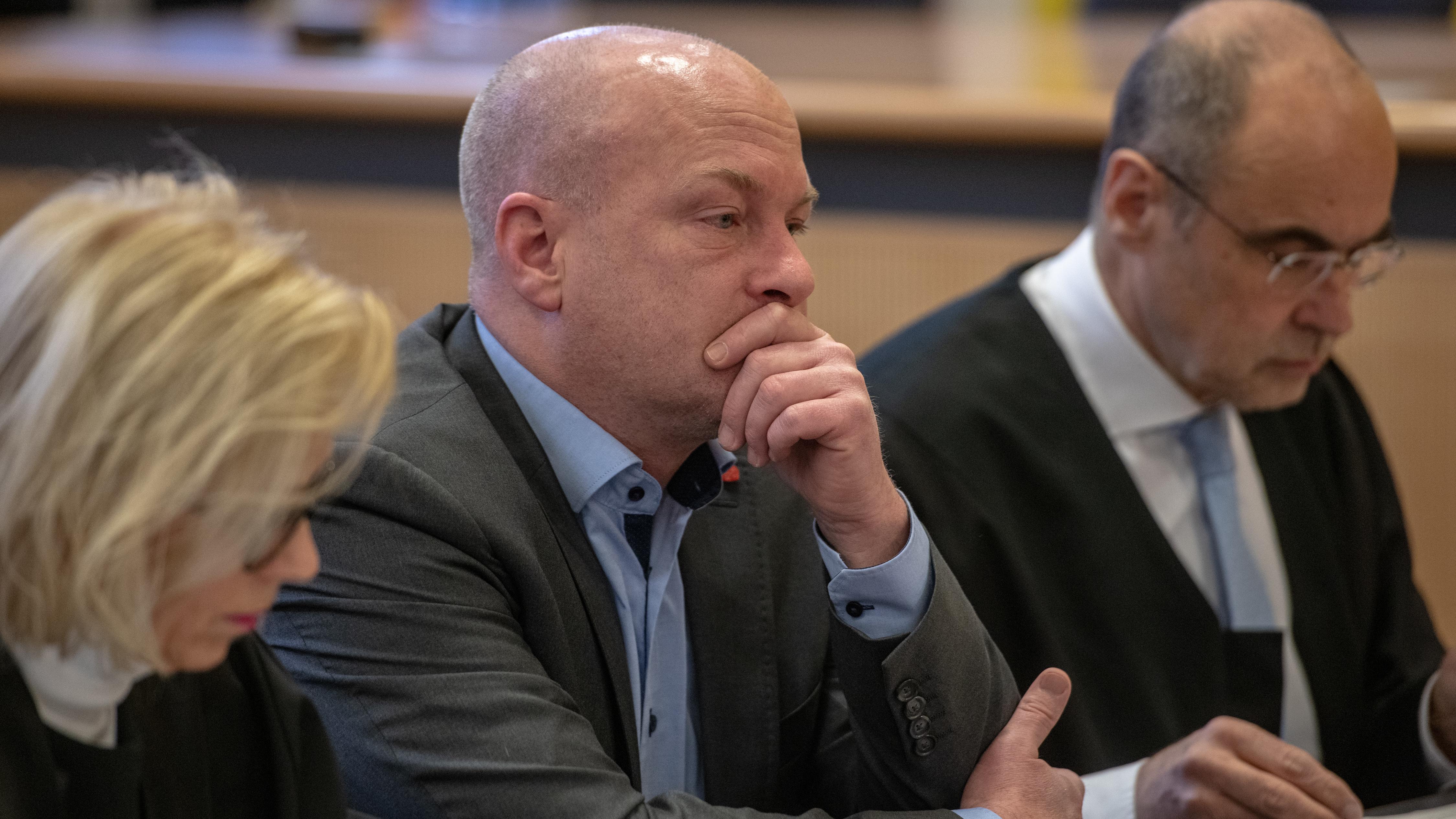 Joachim Wolbergs zwischen seinen Verteidigern im Gerichtssaal
