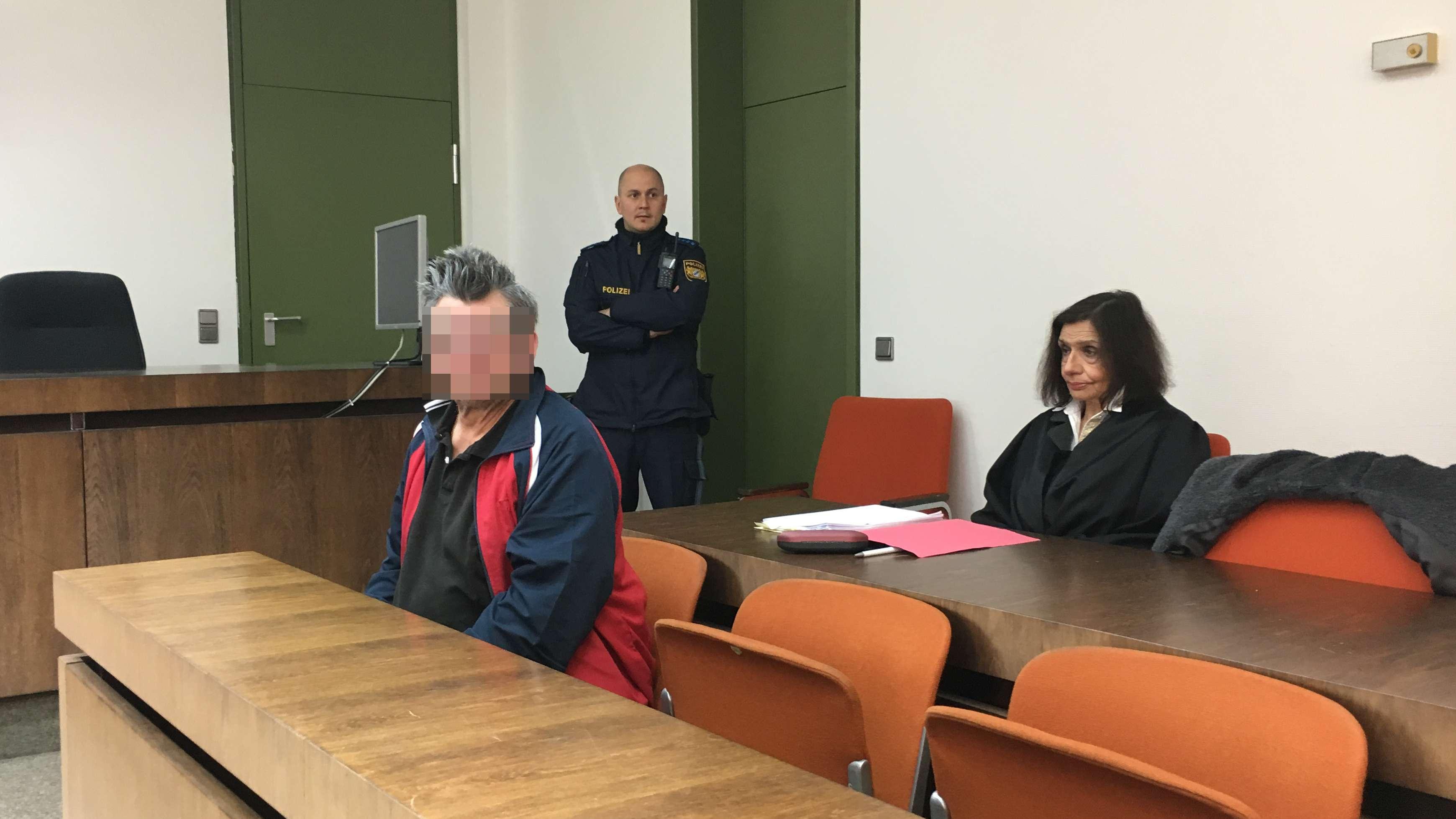 Der Verurteilte mit seiner Anwältin im Gericht