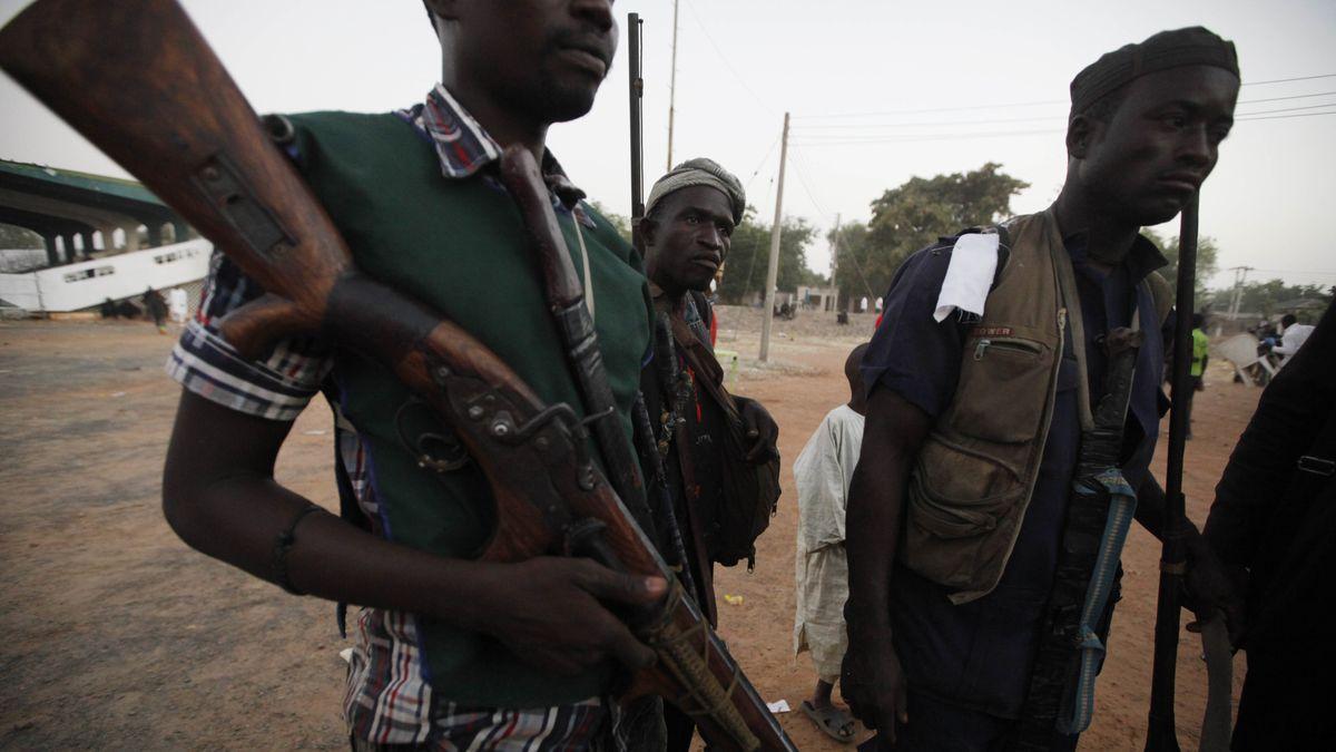 Bewaffnete Mitglieder einer Bürgerwehr in Yola, Nigeria.