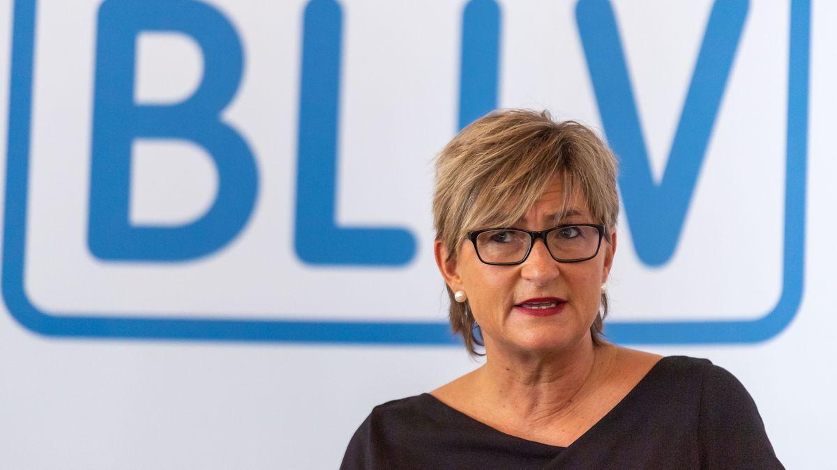 Simone Fleischmann, Präsidentin des Bayerischen Lehrer- und Lehrerinnenverbandes (BLLV) vor dem BLLV-Logo.