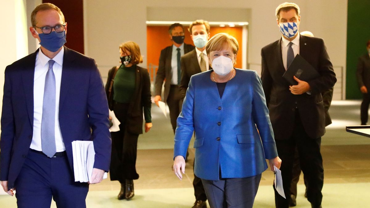 Bundeskanzlerin Angela Merkel (CDU, M) kommt am 28.10.2020 zu einer Pressekonferenz im Bundeskanzleramt nach einem Treffen mit den Ministerpräsidenten der Länder zum weiteren Vorgehen in der Corona-Pandemie.