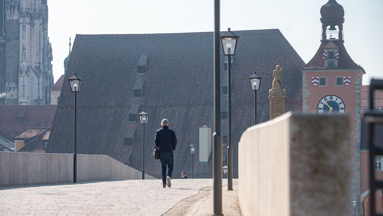 In Regensburg waren am Freitag nur noch wenige Menschen unterwegs. Dennoch meldet die Polizei nach wie viele Verstöße gegen die Corona-Regeln.