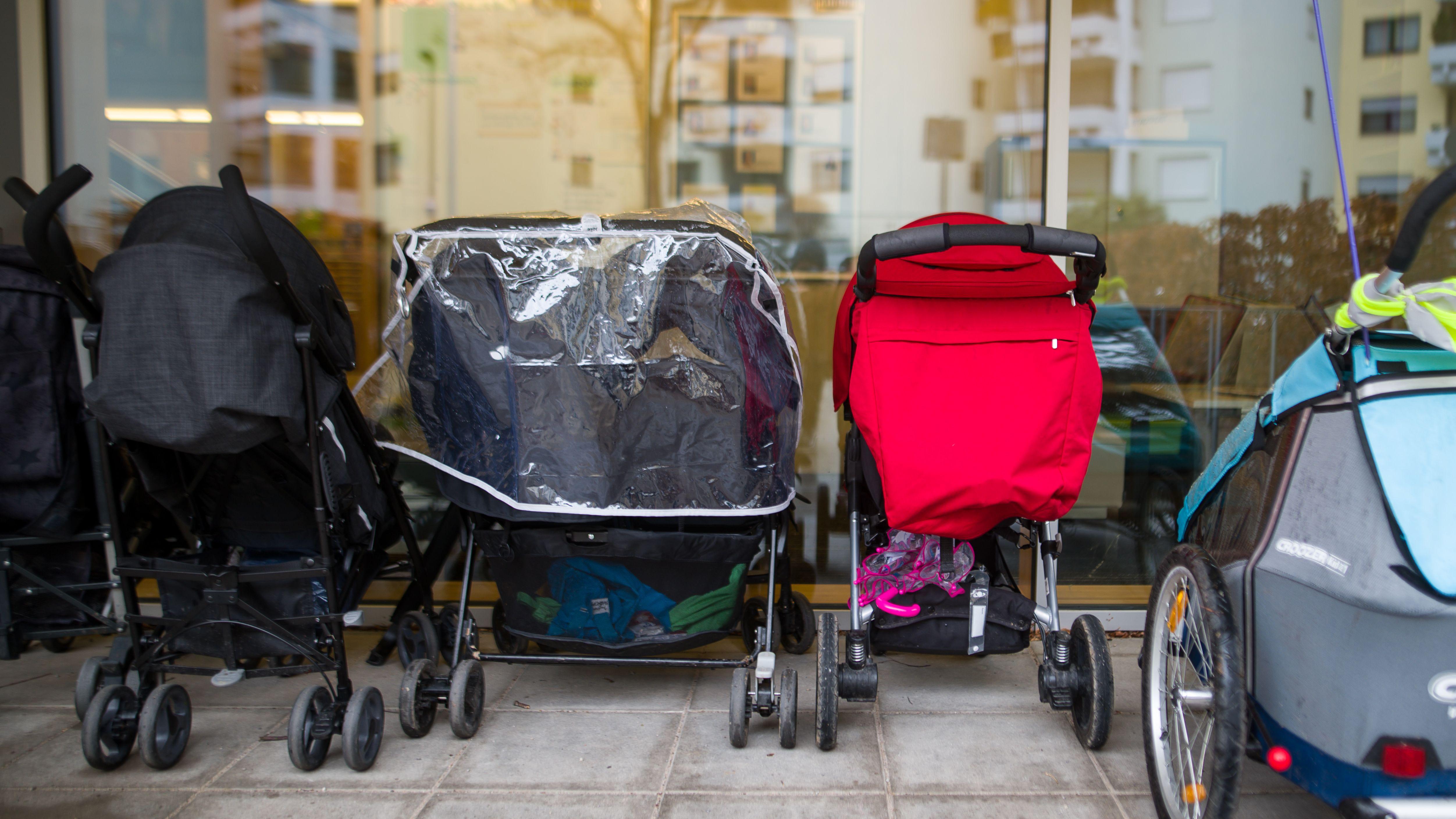Kinderwägen vor einer Kindertagesstätte