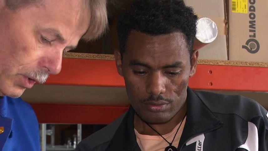 Mitiku Deletewegene aus Äthiopien im Gespräch mit seinem Chef Herbert Engelhard.