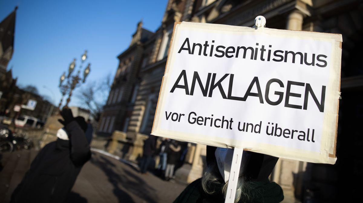 """""""Antisemitismus anklagen - immer und überall"""": Schild bei einer Kundgebung vor dem Strafjustizgebäude in Hamburg, aufgenommen am 12.02.21."""