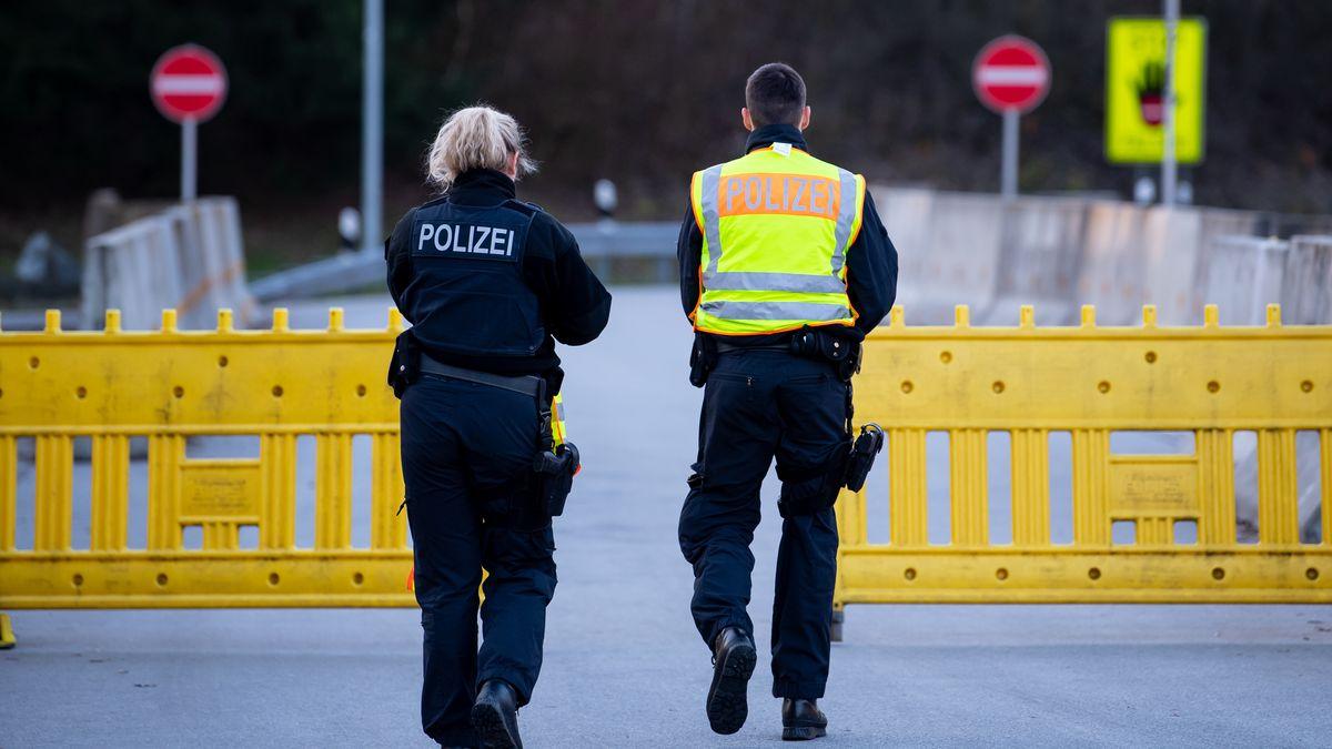 Polizisten vor einer Absperrung