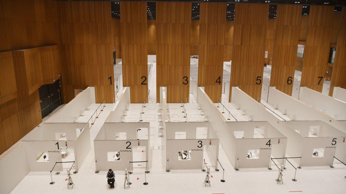Fertig eingerichtet und bereit für Corona-Impfungen ist das Innere des Rhein-Main-Congress-Centrums (RMCC) im Stadtzentrum Wiesbaden