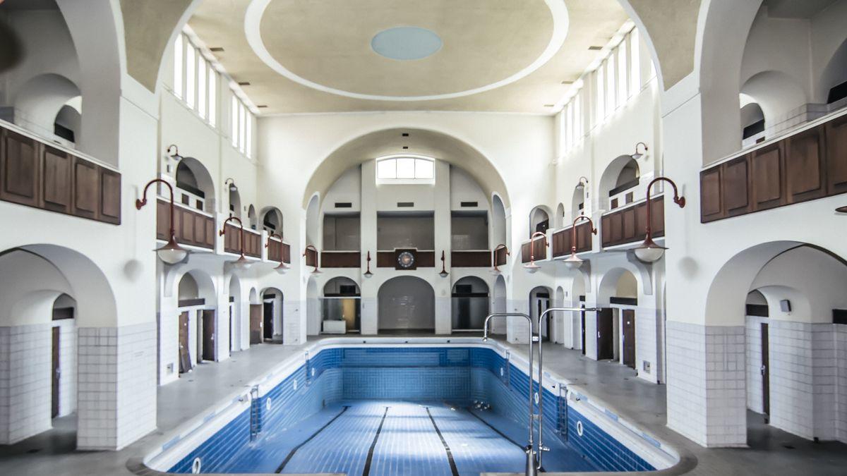 Die leere Schwimmhalle des Nürnberger Volksbads im Jugendstil