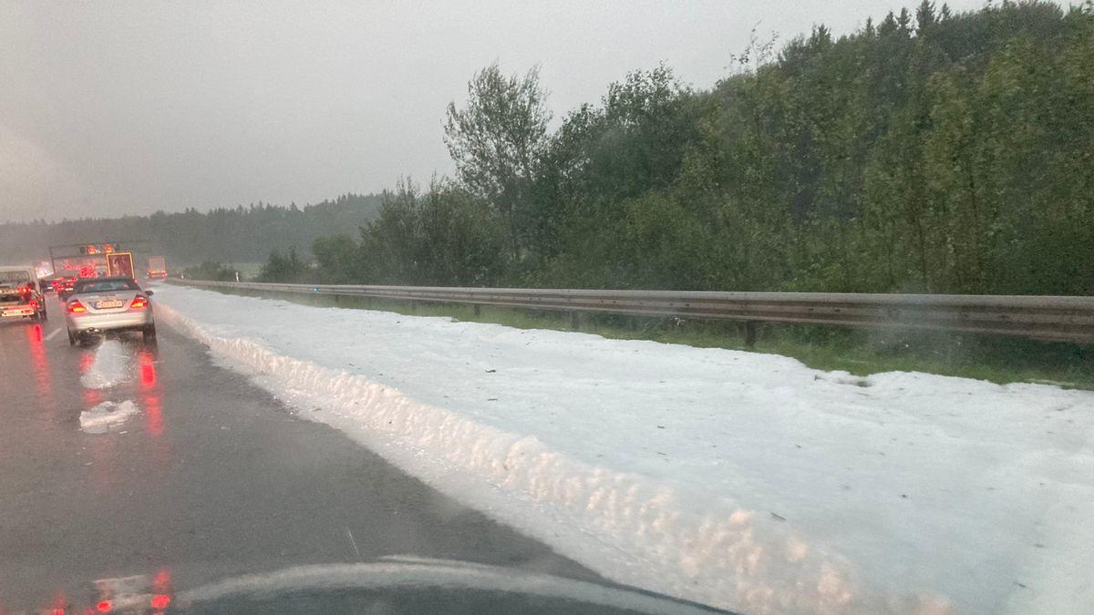 Eine dicke Schicht mit Hagelkörnern liegt nach den Unwettern vom Montagabend auf dem Randstreifen der Autobahn 8