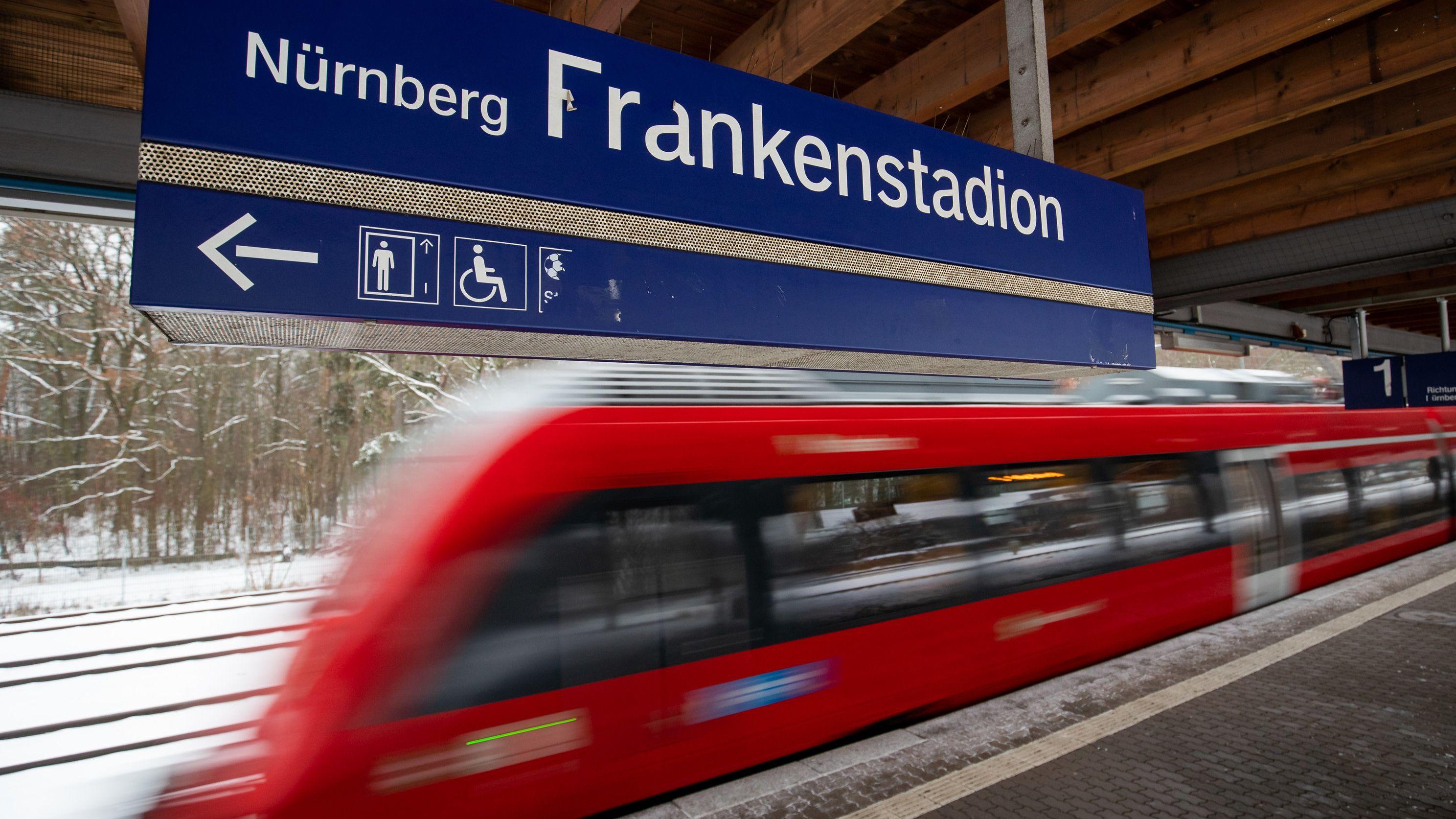 """Die Haltestelle """"Nürnberg-Frankenstadion"""" mit einfahrender S-Bahn."""