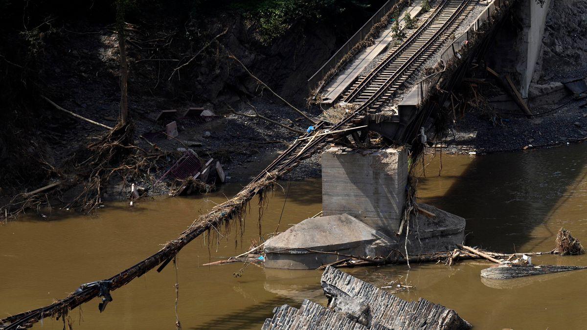 Im Bild die zerstörte Bahnstrecke und Straße bei der Ortschaft Rech, in der die Flut viele Häuser zerstörte, aufgenommen am 22.07.2021