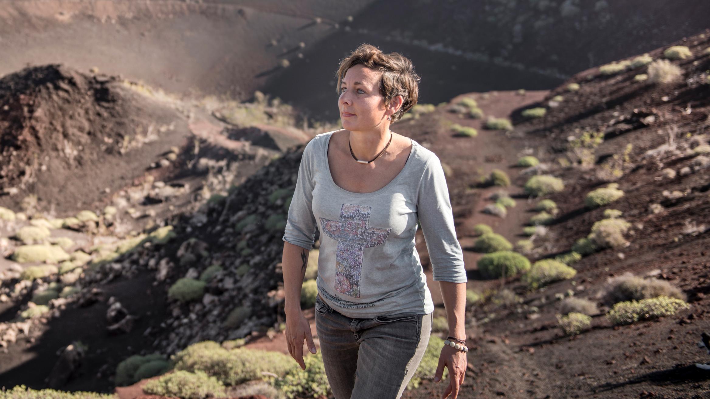 Juli Zeh wandert durch einen Krater