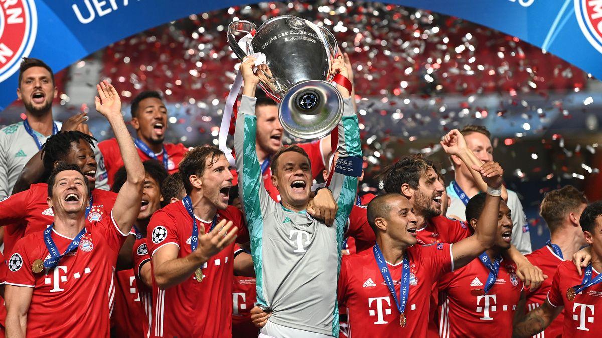 Manuel Neuer stemmt den Champions-League-Pokal in die Höhe