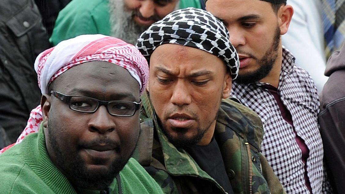 Denis Cuspert (Mitte) 2012 in Bonn beim Gebet mit anderen Salafisten