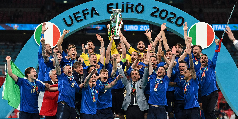 Finale im Wembley Stadion. Italiens Mannschaft feiert mit der Trophäe auf dem Podium nach dem Sieg. Italien gewinnt das Finale im Elfmeterschießen mit 3:2 und ist Fußball-Europameister.