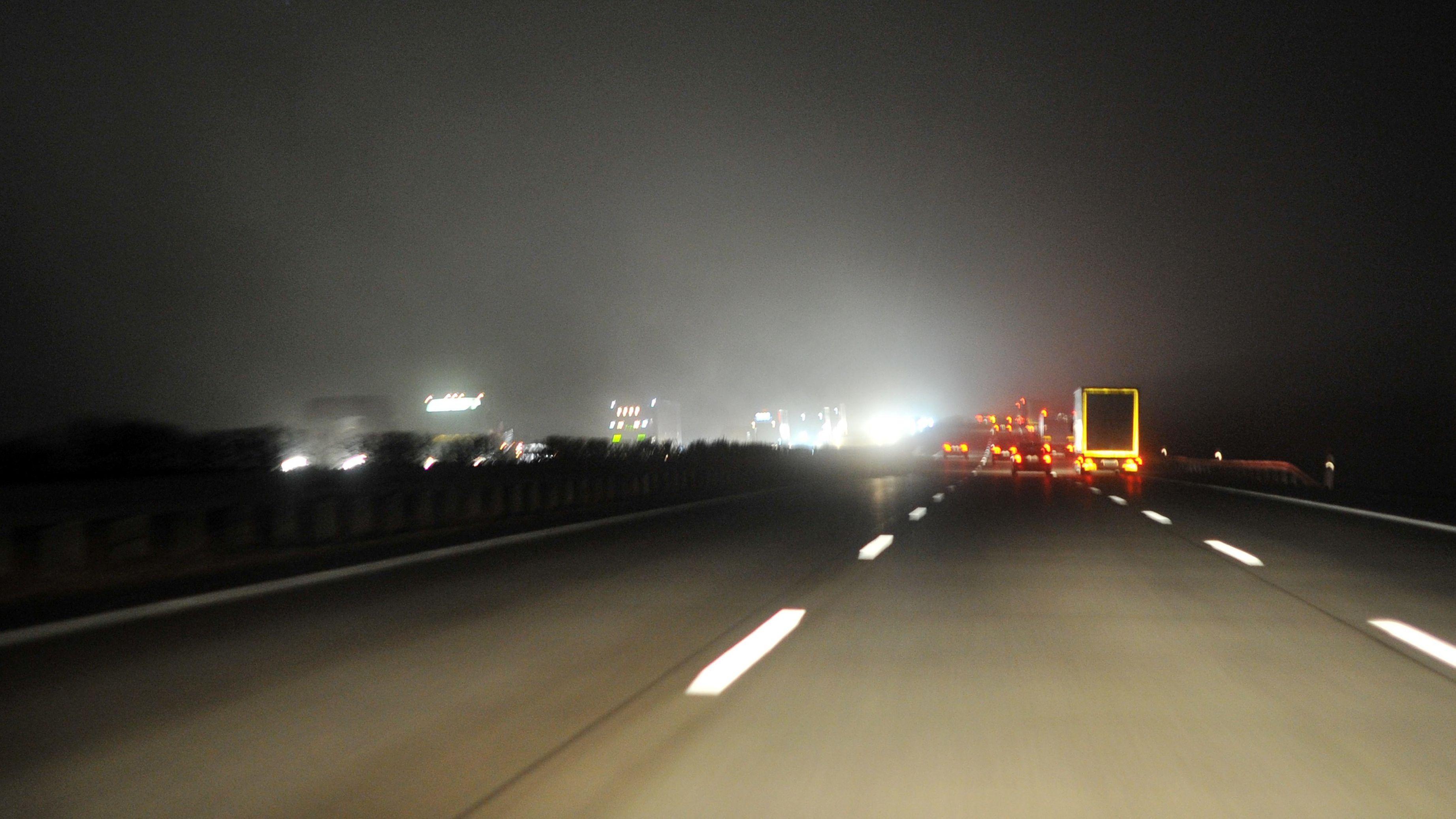 Nächtlicher Verkehr auf der Autobahn: Derzeit sind viel weniger Autos unterwegs.