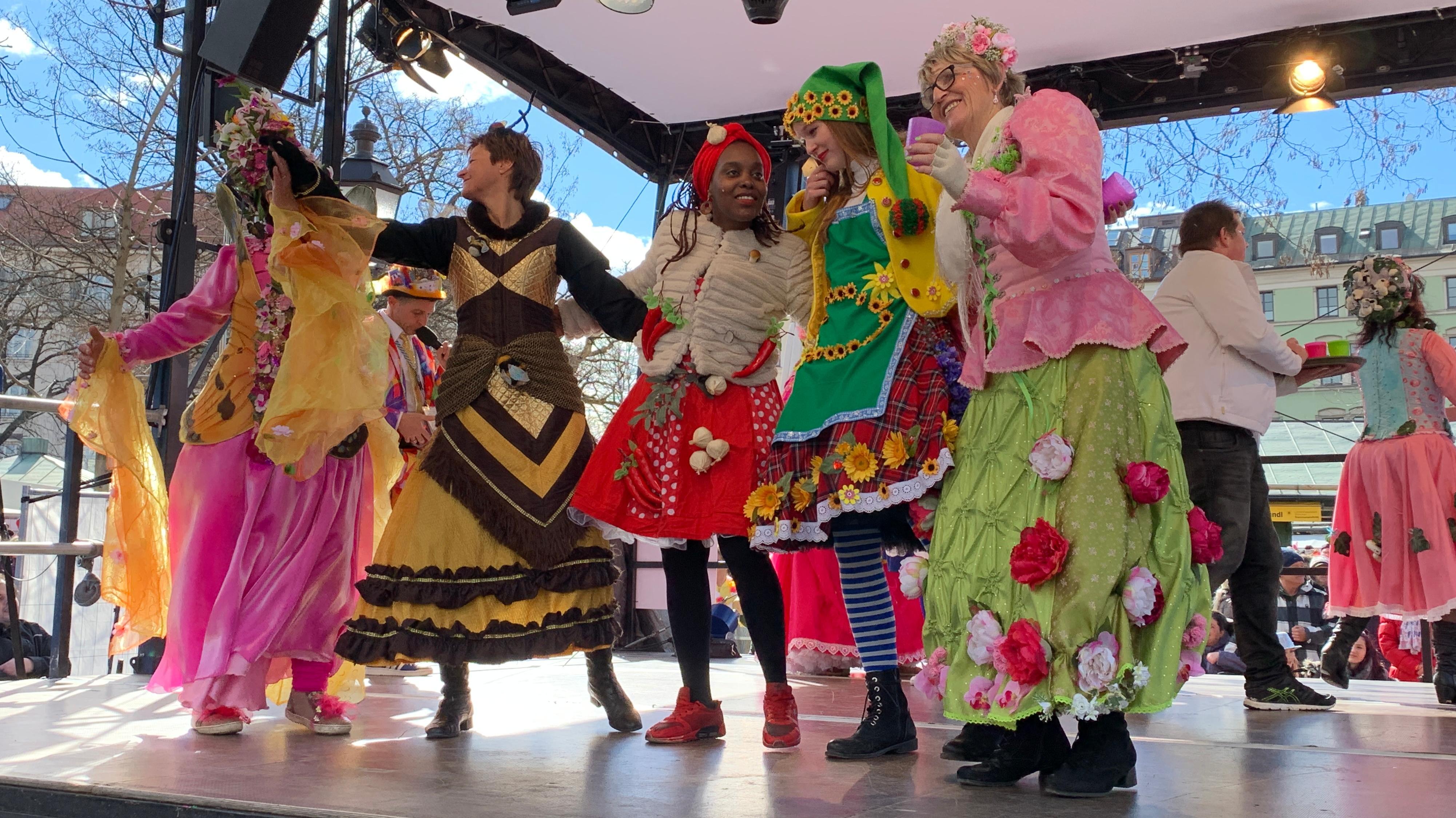 Marktweiber tanzen am Faschingsdienstag auf dem Viktualienmarkt in München.