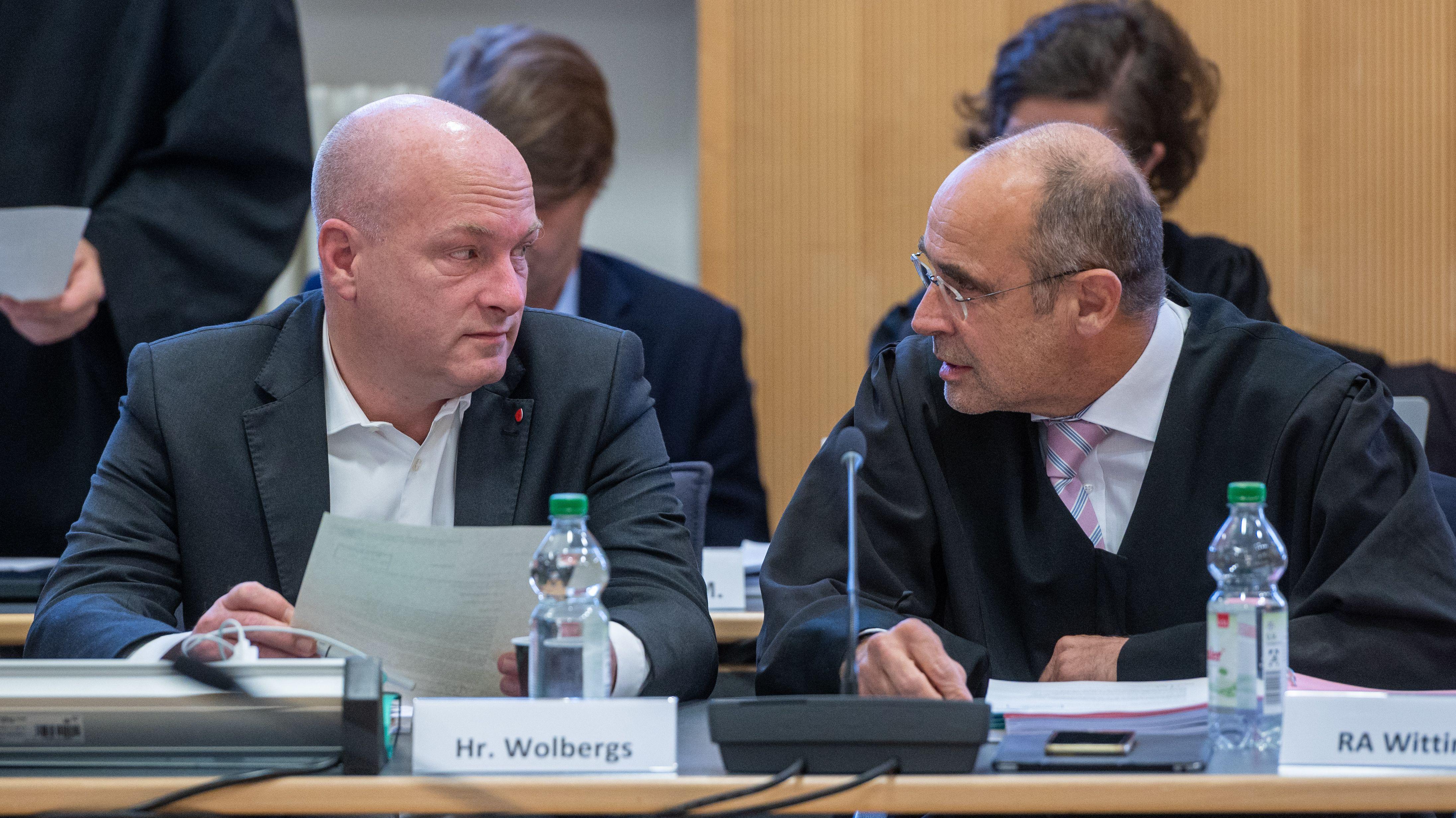Joachim Wolbergs (l), suspendierter OB von Regensburg, sitzt im Verhandlungssaal im Landgericht neben seinem Verteidiger Peter Witting.
