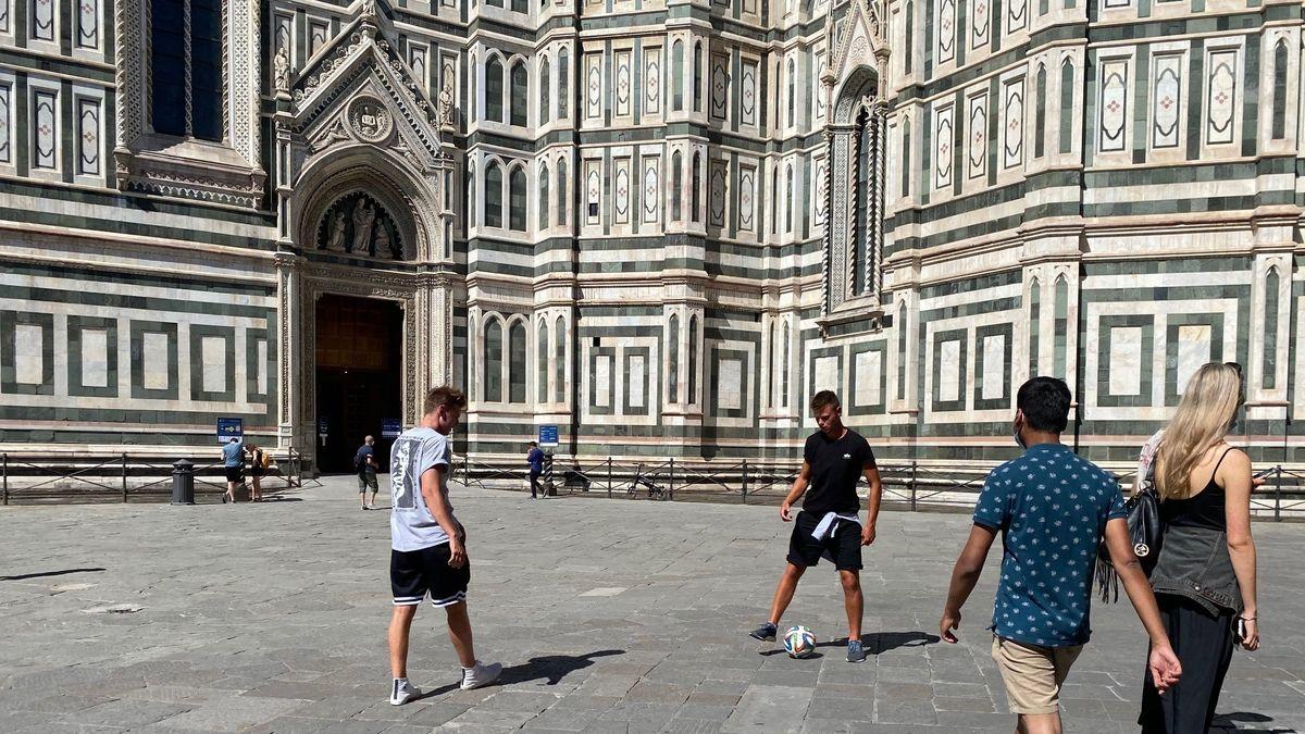 Eine Reisegruppe aus Südtirol spielt Fußball vor dem Dom in Florenz