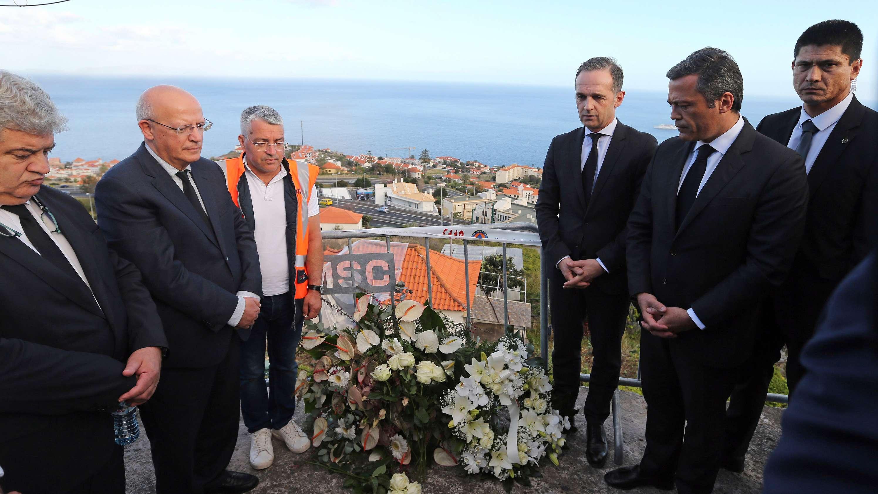 Außenminister Heiko Maas (3.v.r) und der portugiesische Außenminister Augusto Santos Silva (2.v.l) stehen an der Unfallstelle des Busunglücks, nachdem sie einen Kranz niedergelegt hatten.