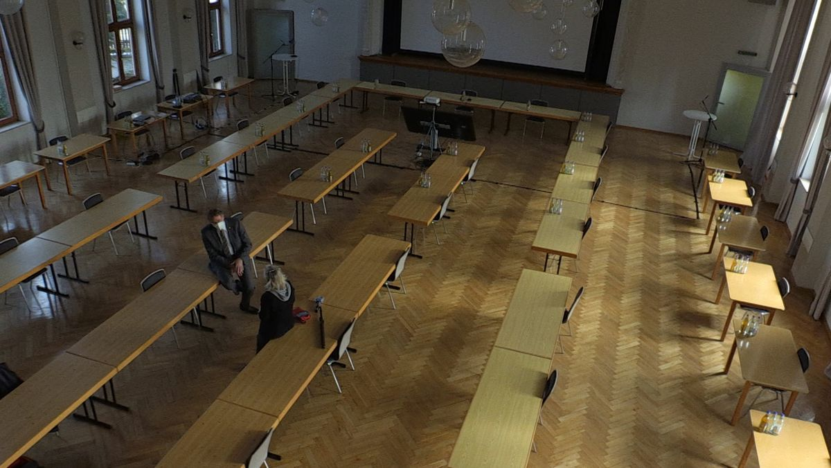 Im großen Saal im Kolpinghaus ist ausreichend Plätze für eine Stadtratssitzung.