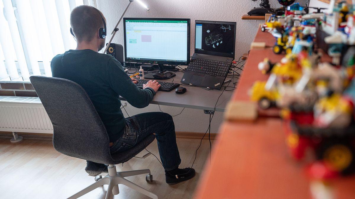 Ein Mann arbeitet im Homeoffice
