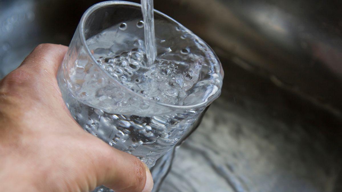 Leitungswasser fließt in ein Glas (Symbolbild).