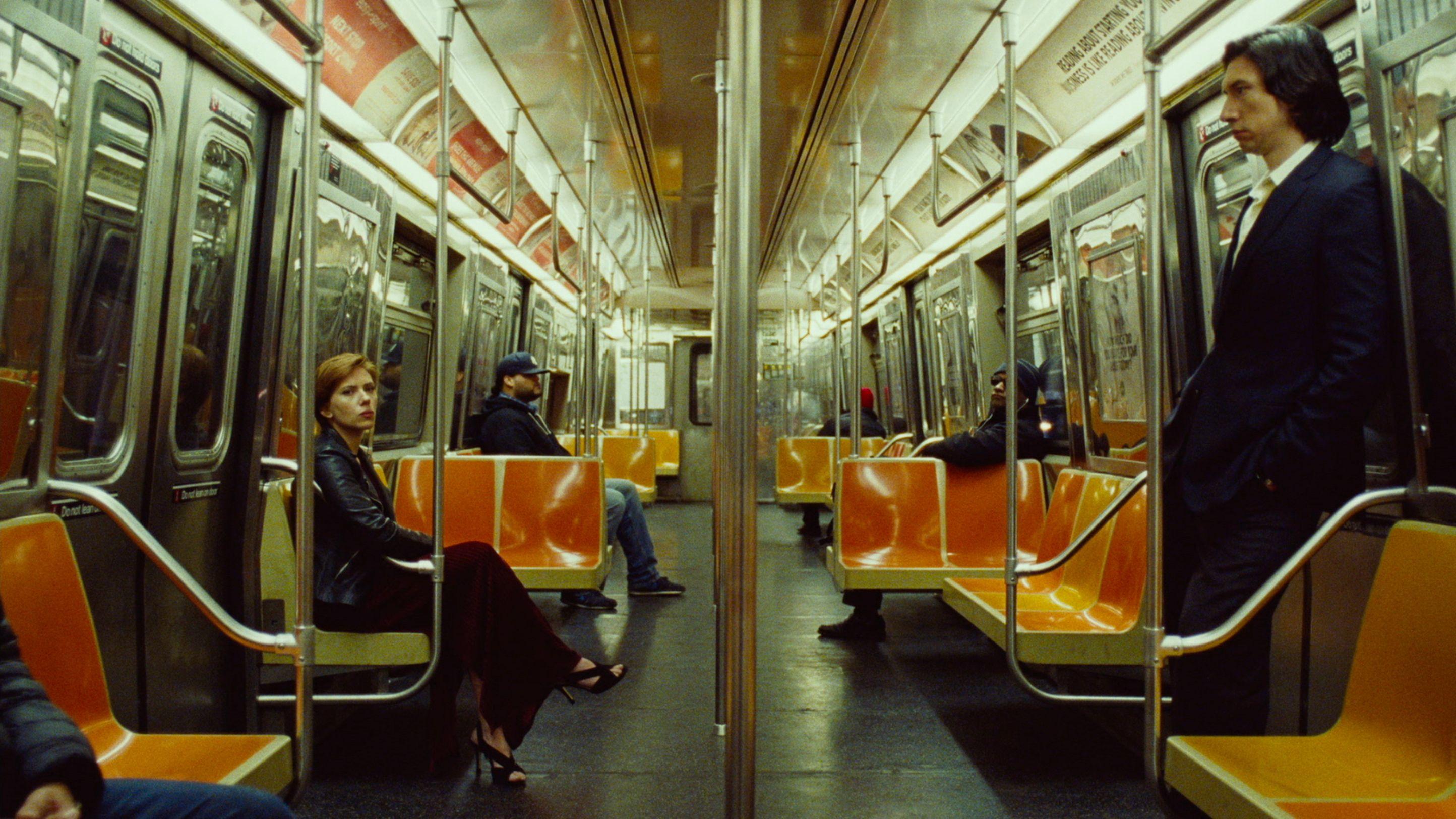 """Zwei Menschen in einer fast leeren U-Bahn: Szene aus """"Marriage Story"""""""
