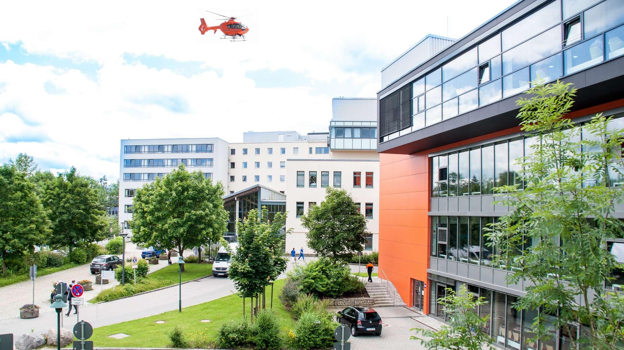 Klinikum Traunstein mit Hubschrauber