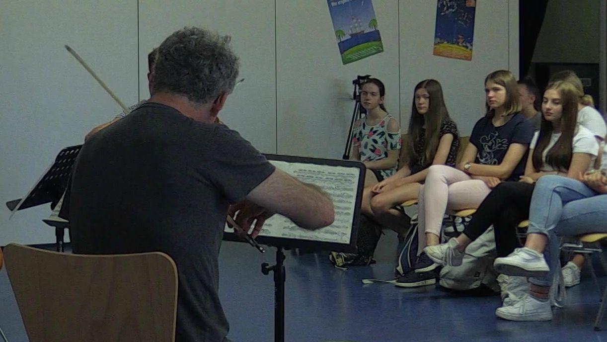Geiger spielt vor Schülern