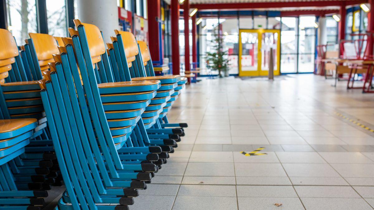 Gestapelte Stühle stehen im Eingangsbereich einer Realschule.