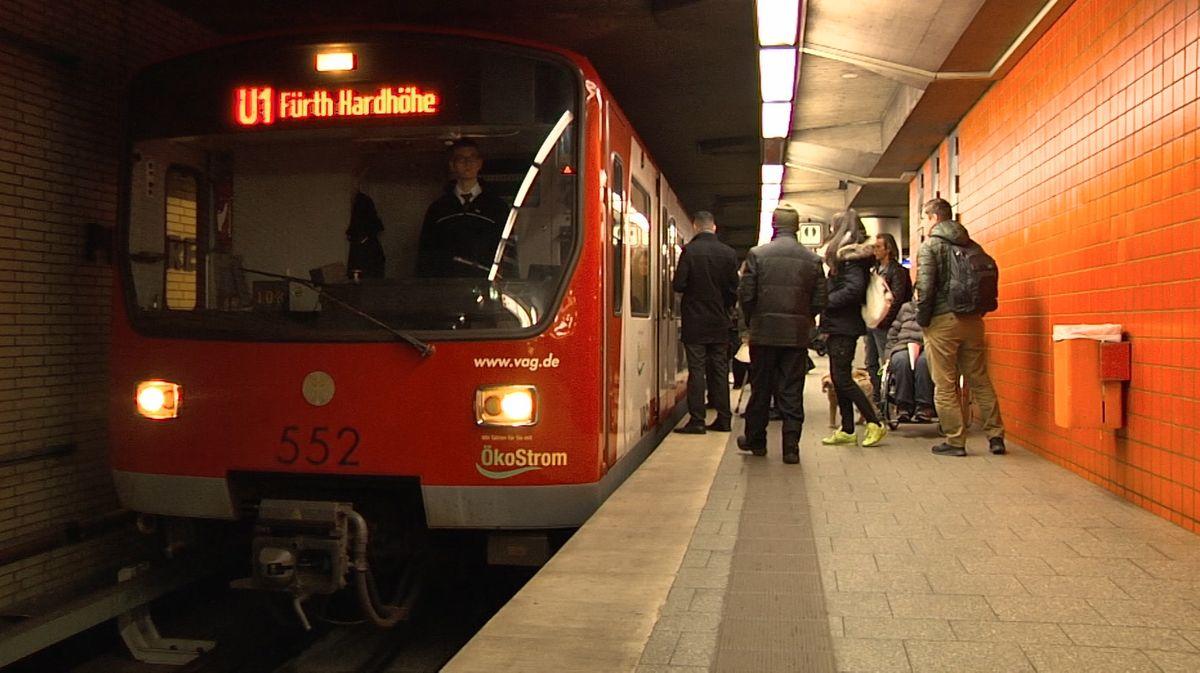 Menschen am Bahnsteig der U1 in Nürnberg
