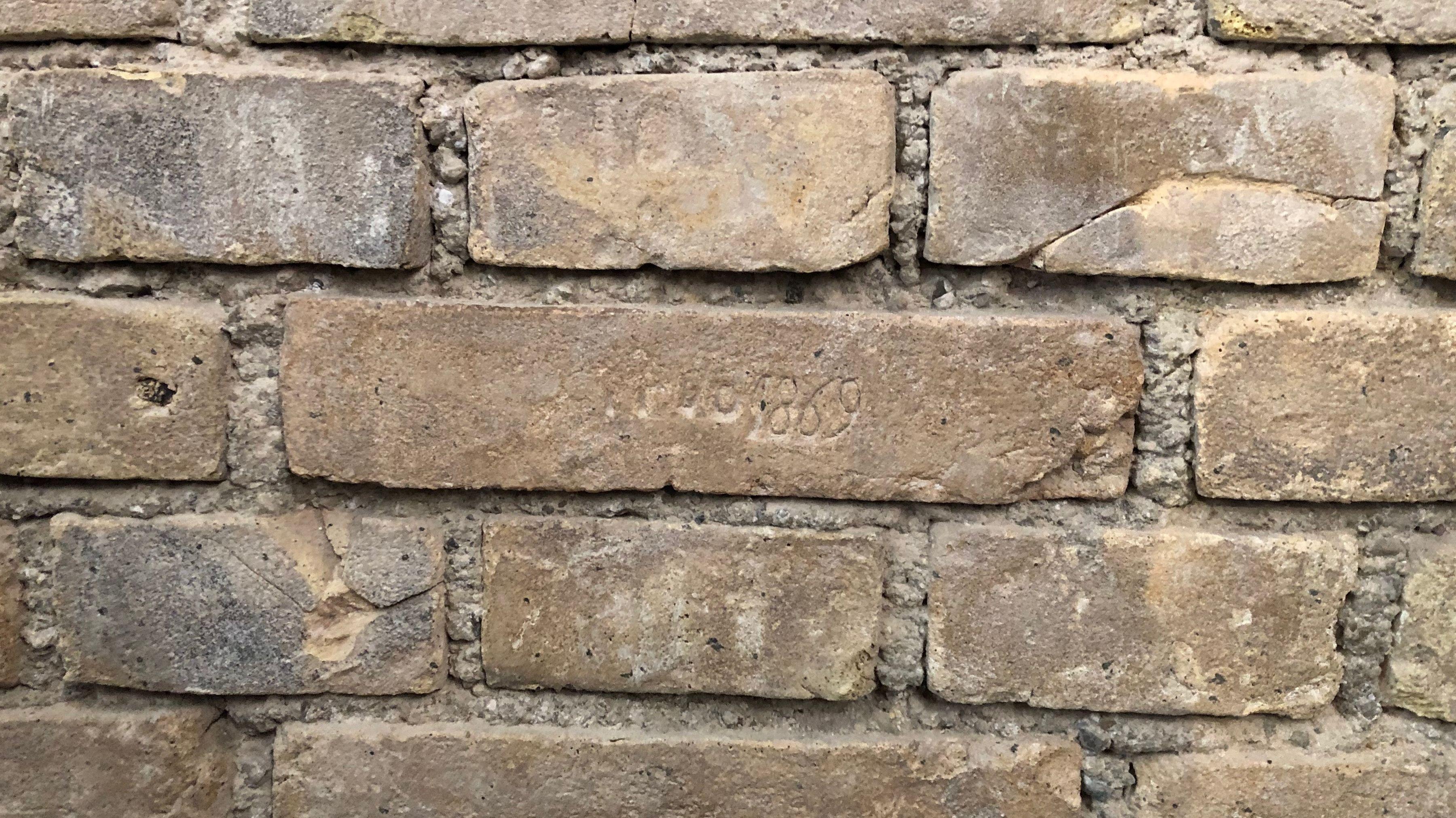 Hinter diesem Stein liegt der Grundstein