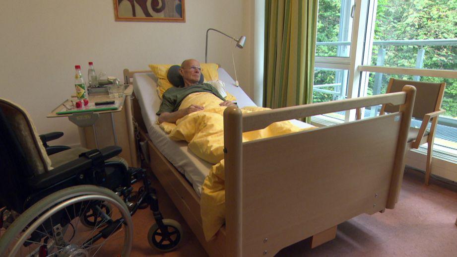 Bewohner eines Hospizes im Bett (Symbolbild).