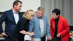 Natascha Kohnen (2.v.l.), Vorsitzende der SPD in Bayern, unterhält sich mit Uli Grötsch (l), Generalsekretär der SPD in Bayern, Martin Burkert (SPD), Vorsitzender der Bayerischen Landesgruppe in der SPD-Bundestagsfraktion, und Inge Aures, Vizepräsidentin des Bayerischen Landtags nach einer Landesvorstandssitzung. | Bild:picture alliance/Daniel Karmann/dpa