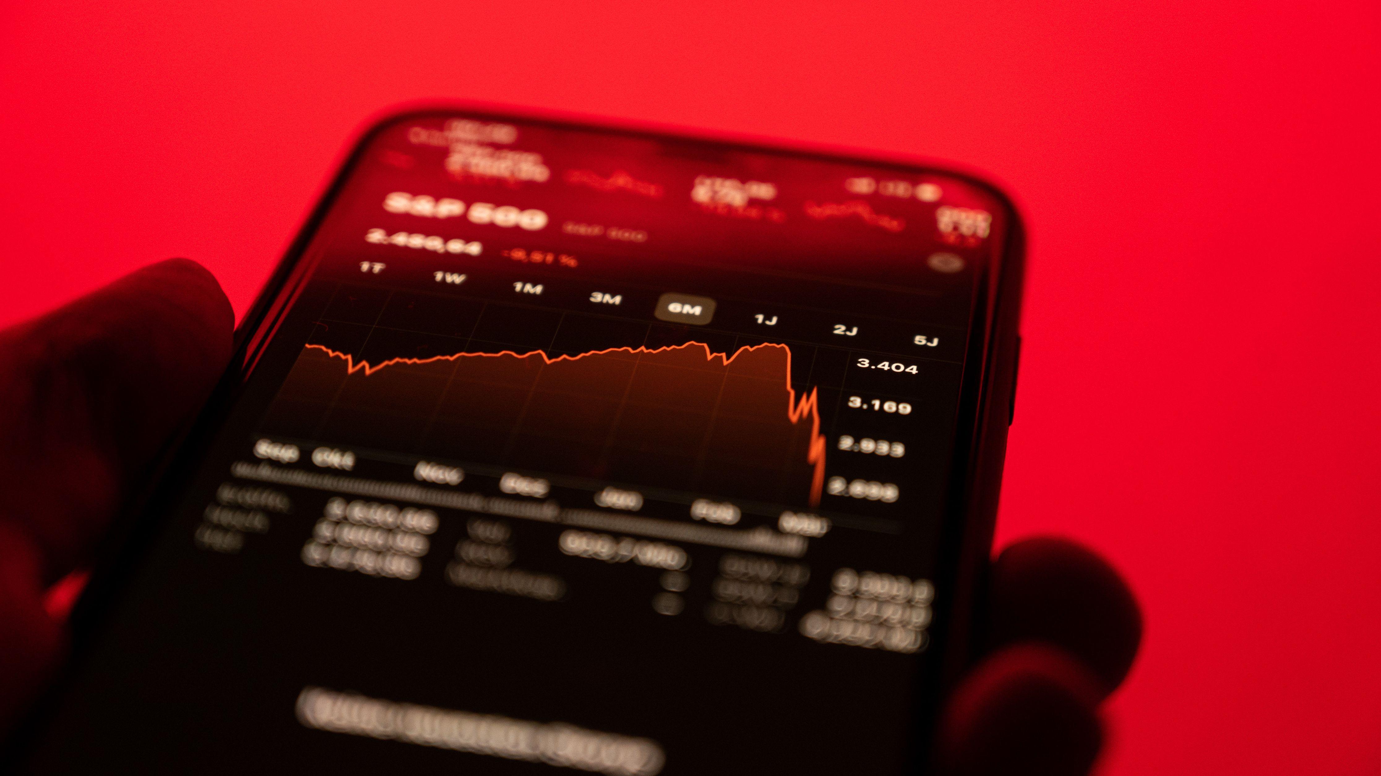 Mobiltelefon mit abstürzenden Börsenkirsen