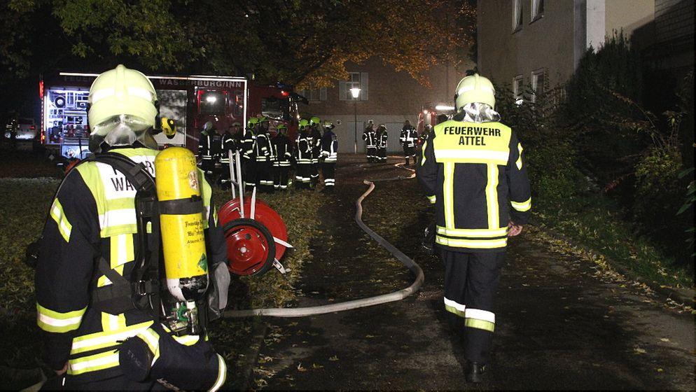 Nach Verpuffung im Inn-Salzach-Klinikum: Die Feuerwehr musste ausrücken, 39 Menschen wurden vom Rettungsdienst betreut. | Bild:BR/Georg Barth
