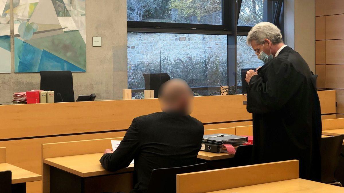 In Würzburg musste sich ein 43-Jähriger verantworten. Er soll seinen schwerkranken Vermieter um mehrere zehntausend Euro gebracht haben.