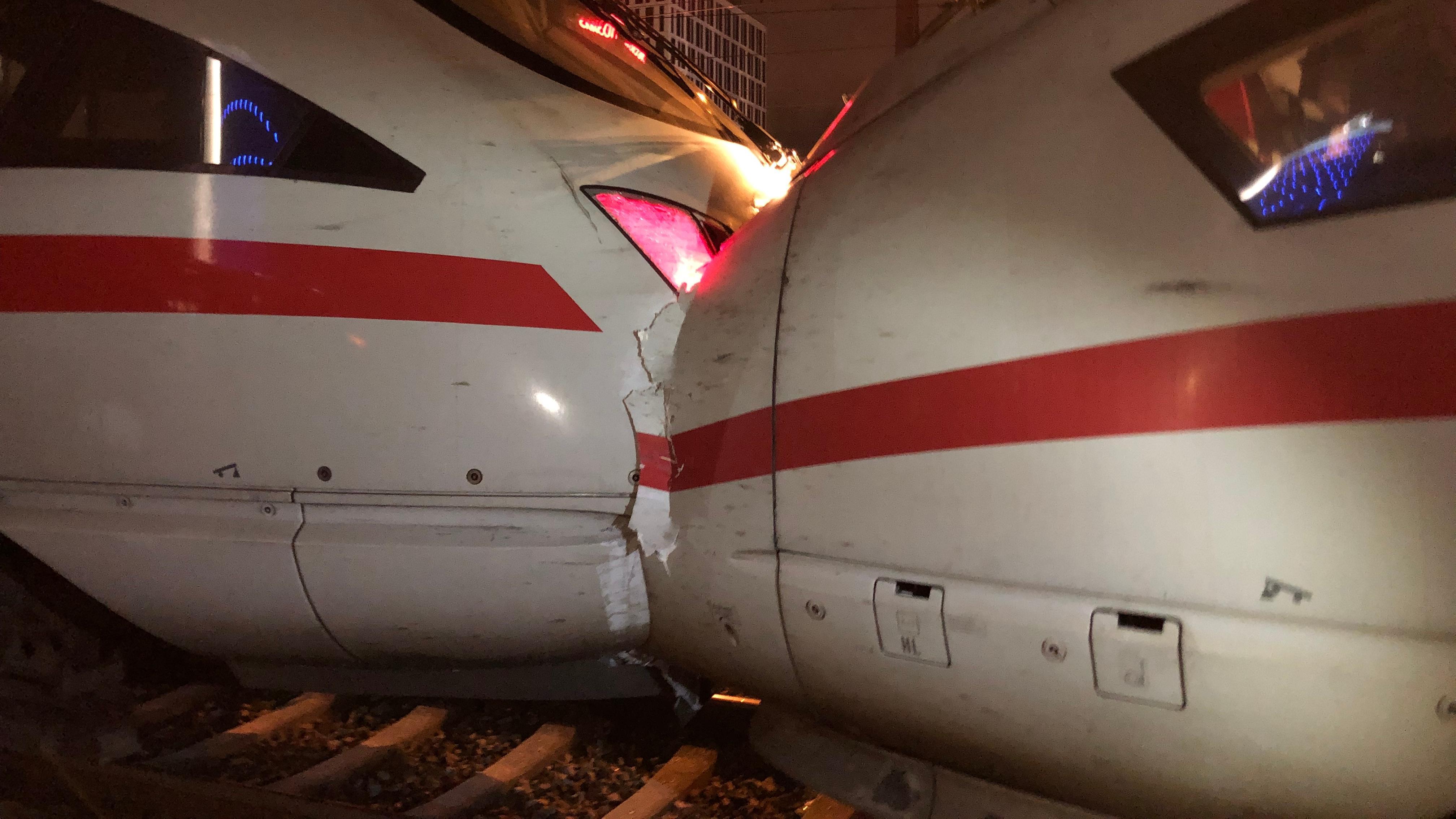 Bei Rangierfahrt aufeinandergeprallte ICE-Züge.