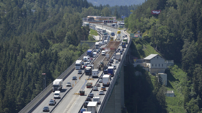 Österreich, Schönberg: Auf der Europabrücke der Brennerautobahn gibt es einen Stau (Foto vom 29. Juni)
