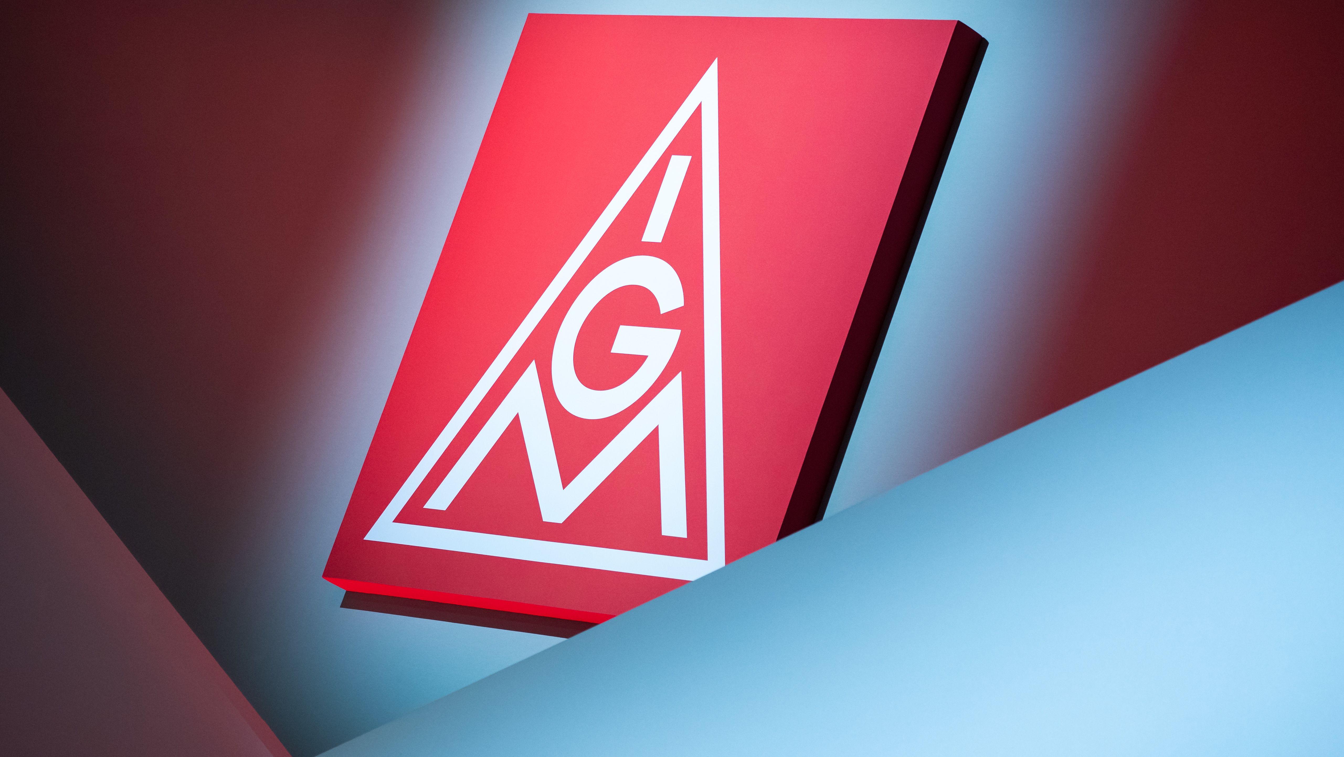 Das Logo der IG Metall hängt über der Bühne beim ordentlichen Gewerkschaftstag der IG Metall.