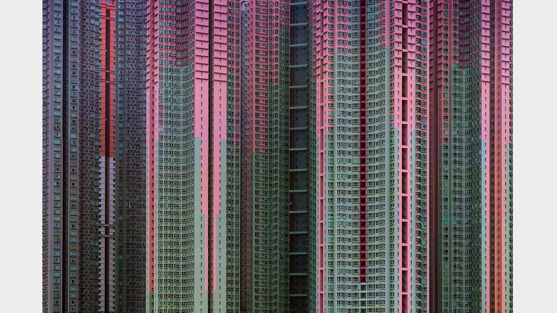 Fotografien von Hochäusern in Hong Kong, der überfüllten Stadt, sind so geschnitten, dass Himmel und Horizont fehlen und das Bild fast abstrakt wird.