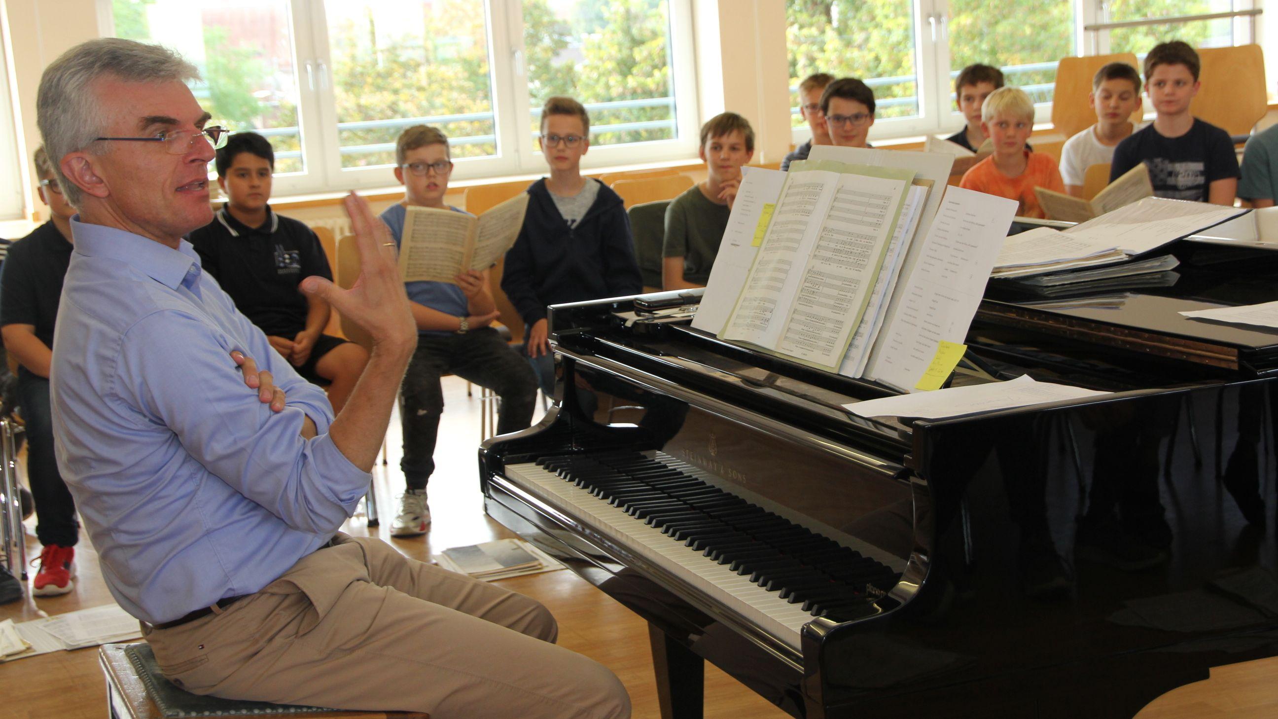 Der neue Leiter der Regensburger Domspatzen bei der Probe mit seinen Sängern.