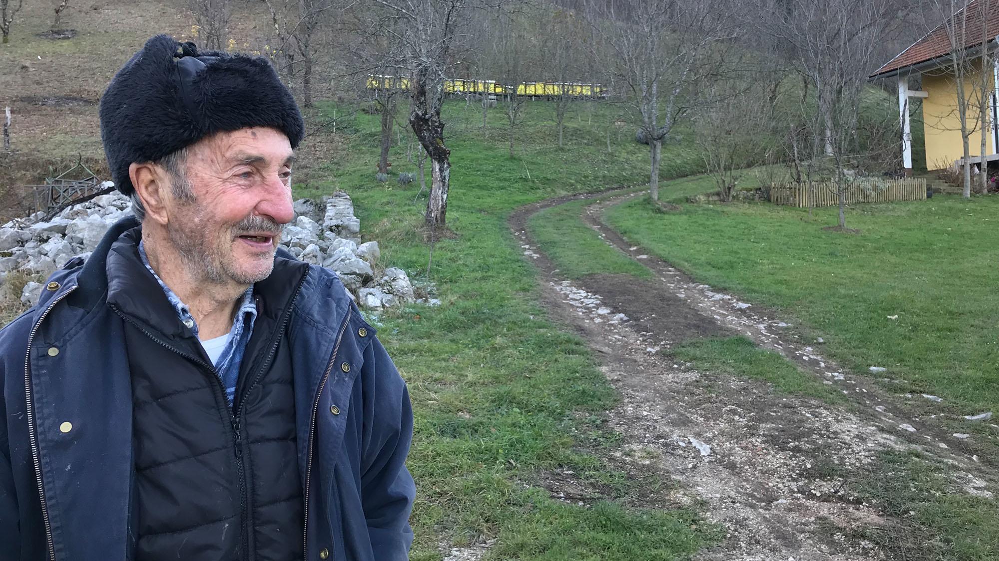 """Dort wohnt der 89-jährige Gojko Stipić: """"Jeden Tag gehen hier 50 (Anm. Menschen) vorbei. Von oben kommen sie und gehen Richtung Bihac. In die andere Richtung gehen sie nicht."""""""