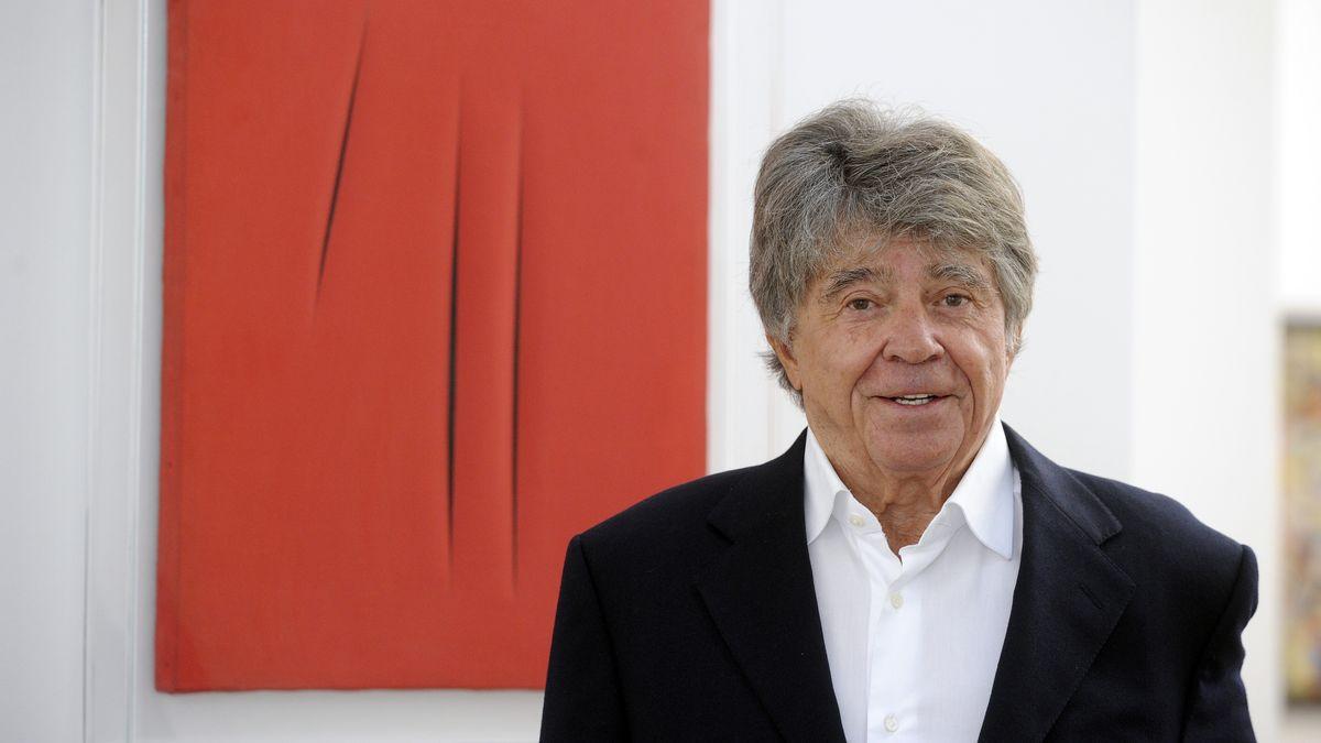 Kunstmäzen Frieder Burda in seinem Museum in Baden-Baden vor einem Gemälde von Lucio Fontana