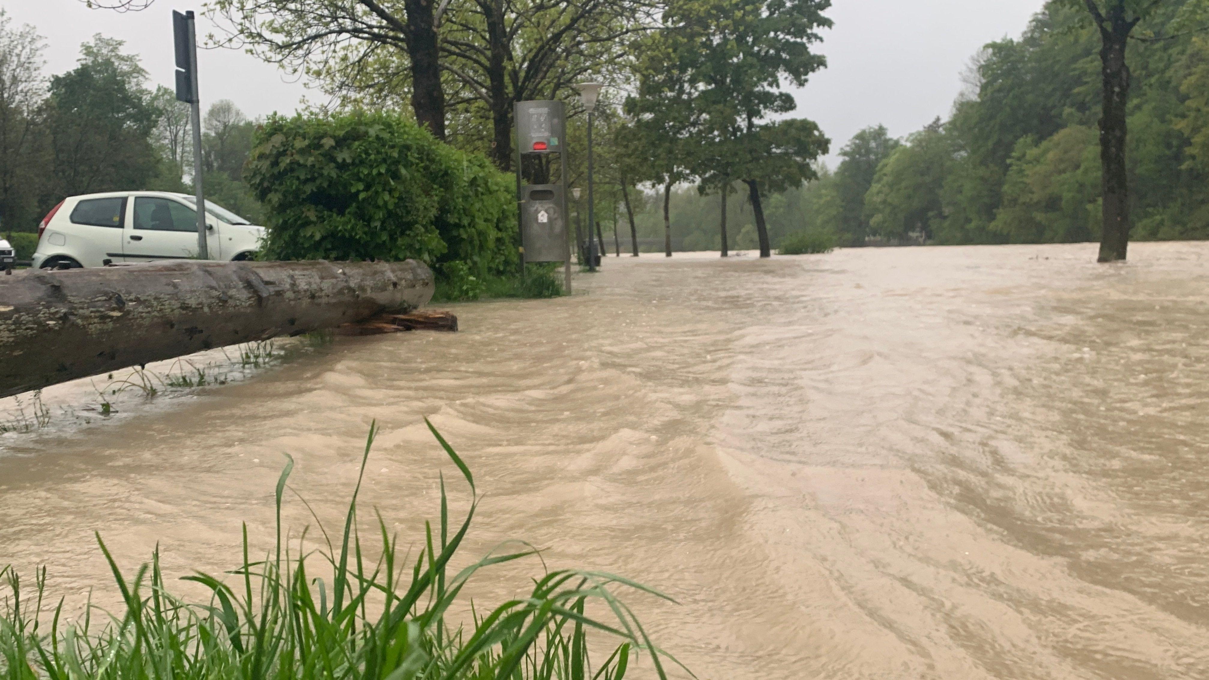 Überfluteter Parkplatz bei Bad Tölz