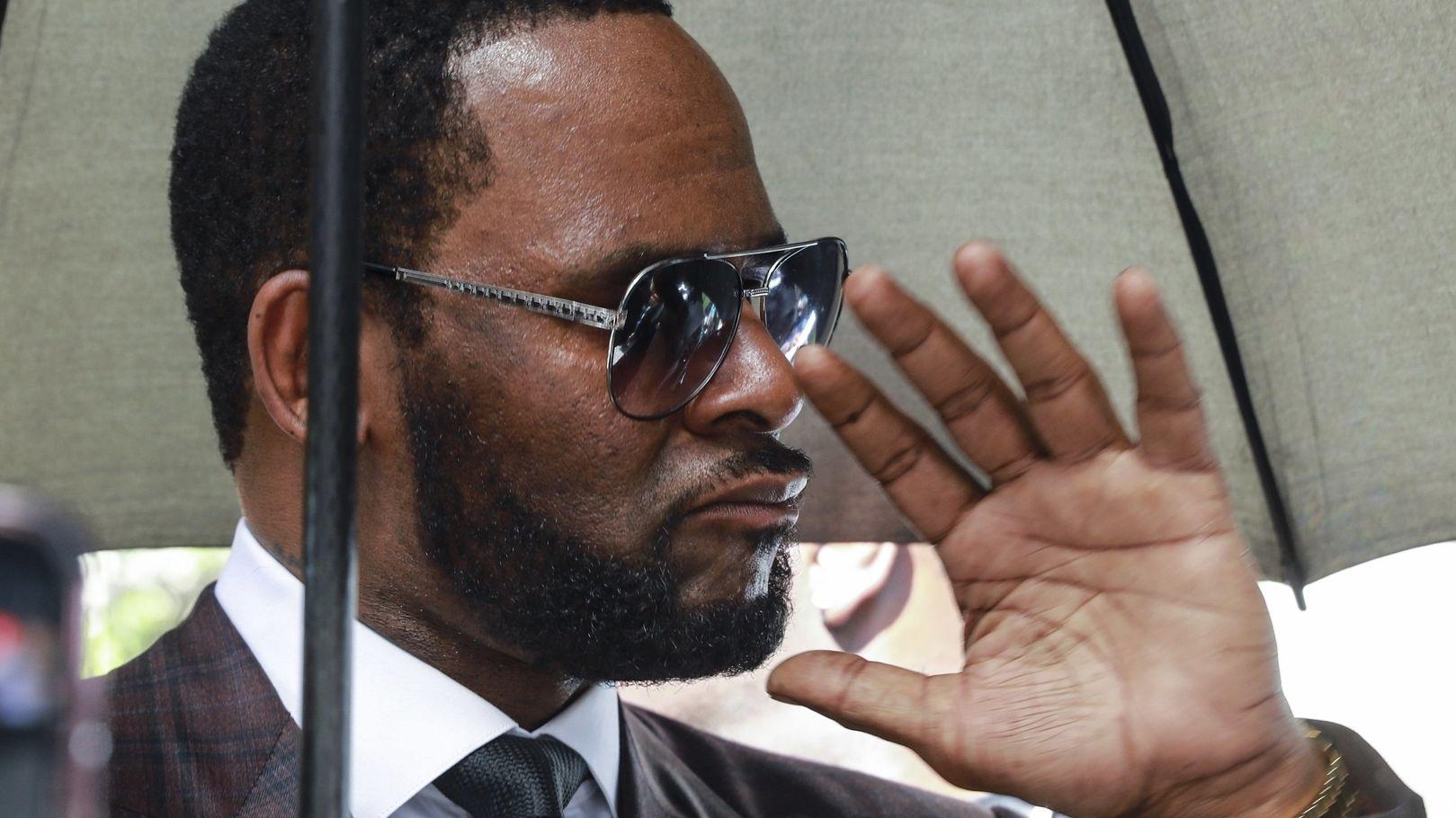 R. Kelly, Musiker aus den USA, nach einer Anhörung vor dem Leighton Criminal Court Gebäude. Der US-Sänger ist wegen sexuellen Missbrauchs angeklagt.
