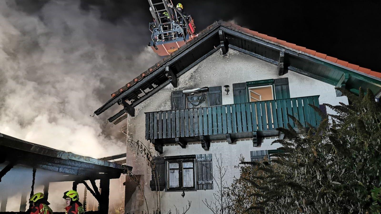 Die Feuerwehr löscht den Brand an einem Einfamilienhaus in Regen